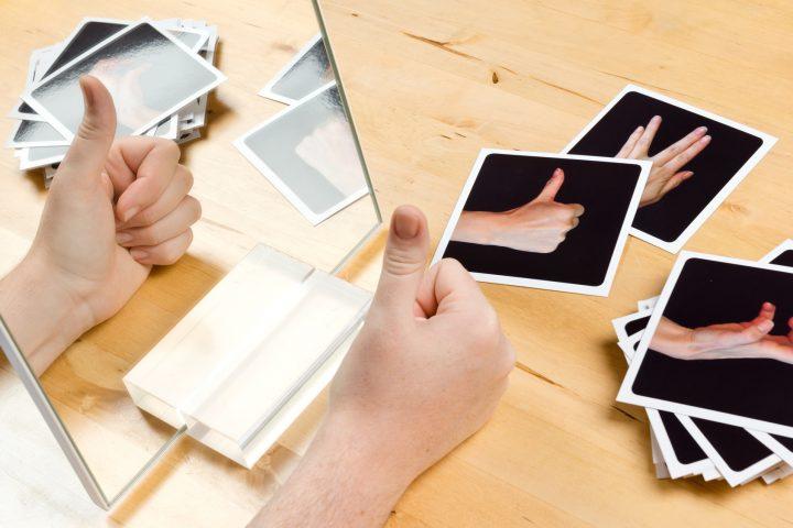 Ergotherapie training mit Spiegel und Karten